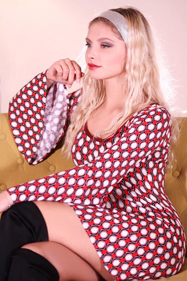 Robe Hippie Chic Années 70 rouge manches évasées Look01