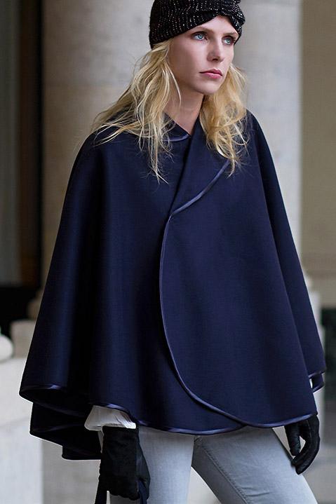 Cape createur bleu marine femme hiver en lainage (exterieur portrait)