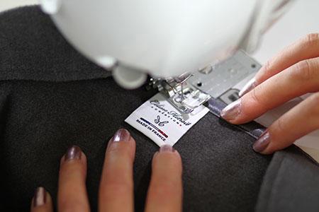 Etiquette Made in France Cape Grise en lainage et col asymètrique