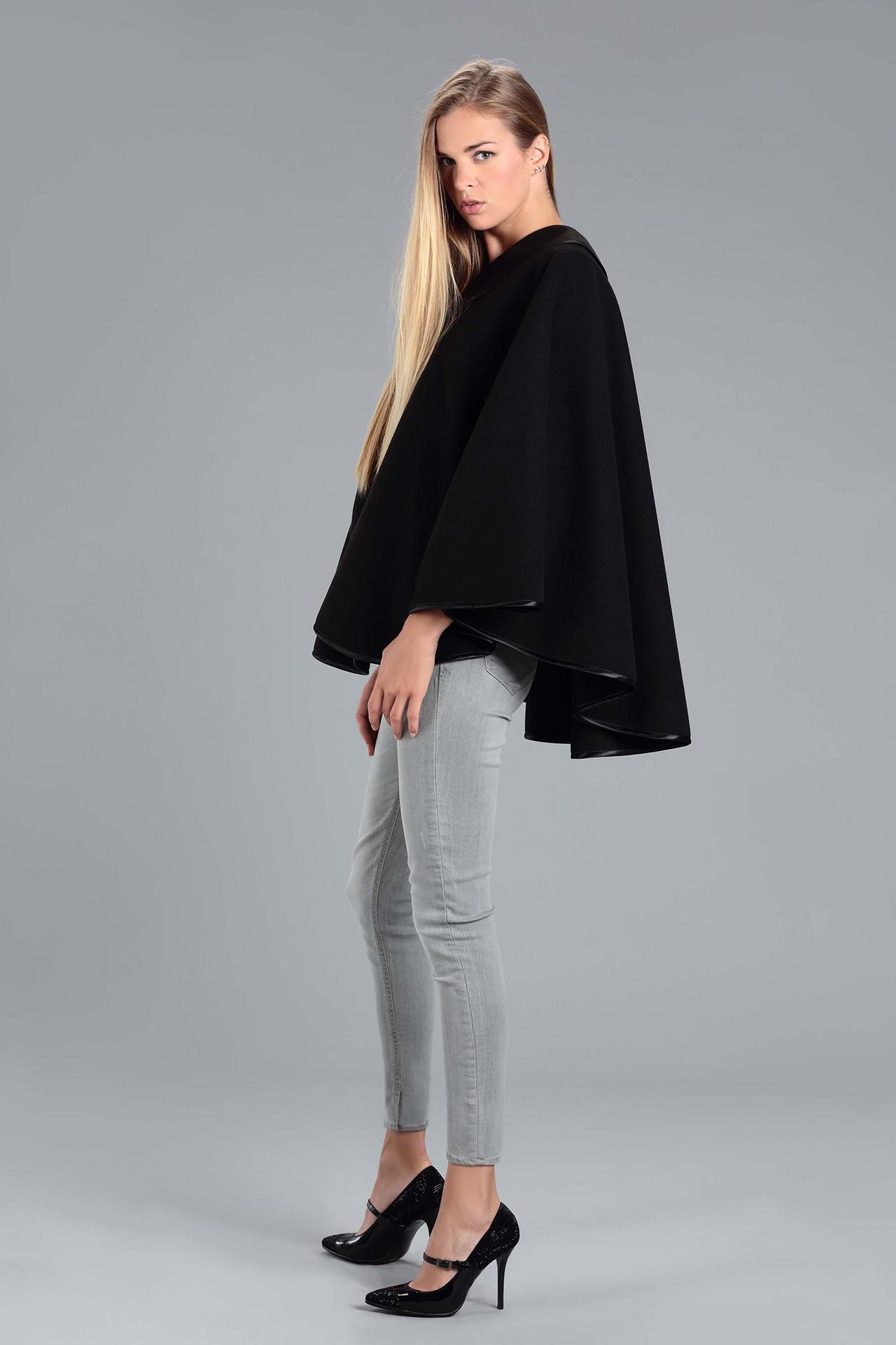 Cape noire femme hiver en lainage avec col asymetrique (Vue de Profil)