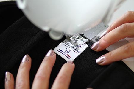 Etiquette Made in France Cape Noire en lainage et col asymètrique