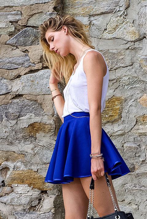Mini Jupe createur patineuse bleu roi en lainage (Exterieur)