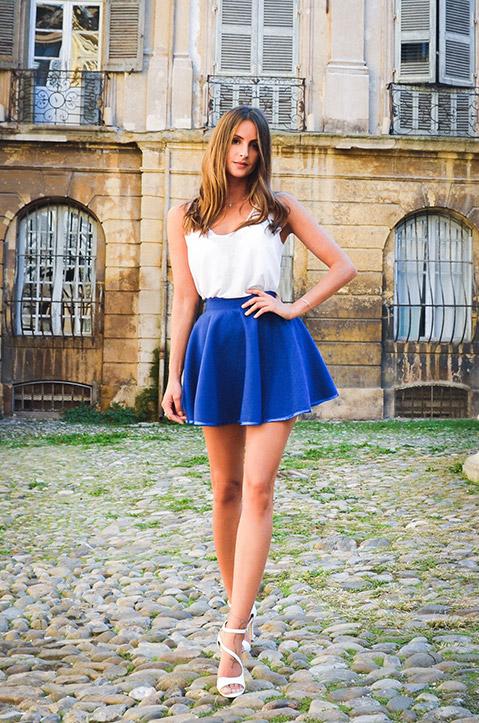 Mini Jupe createur patineuse bleu roi en lainage (Exterieur Portrait)
