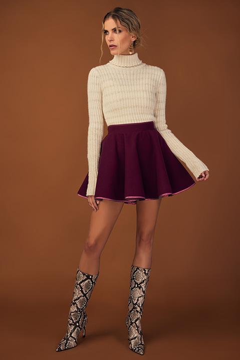 Mini Jupe patineuse violet cassis en lainage (Vue en pieds)