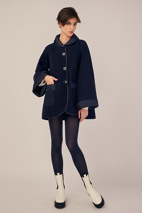Manteau mi-long bleu nuit en lainage avec poches et manches kimono (Vue en pied)