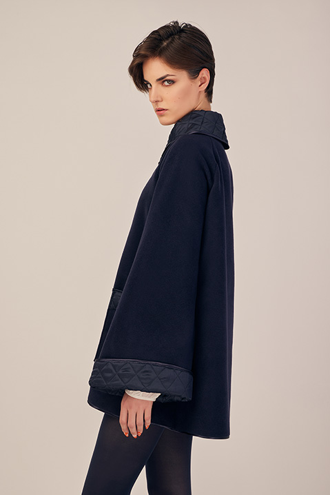 Manteau mi-long bleu nuit en lainage avec poches et manches kimono (Vue de profil)
