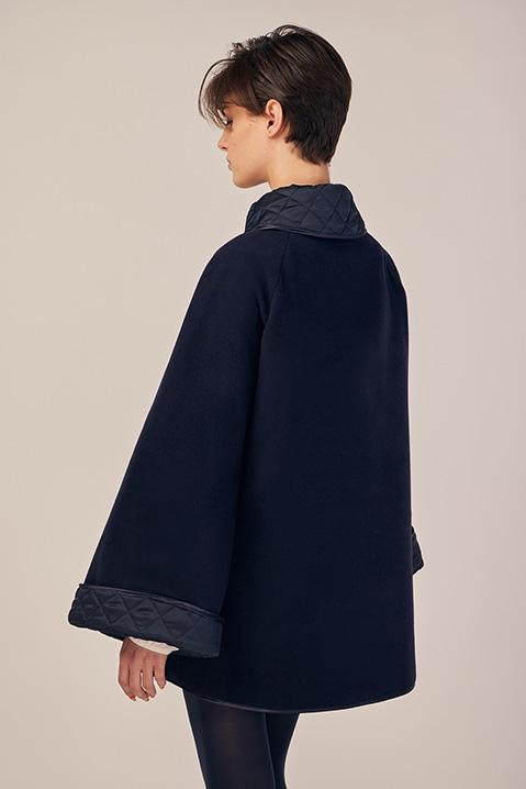 Manteau mi-long bleu nuit en lainage avec poches et manches kimono (Vue de dos)