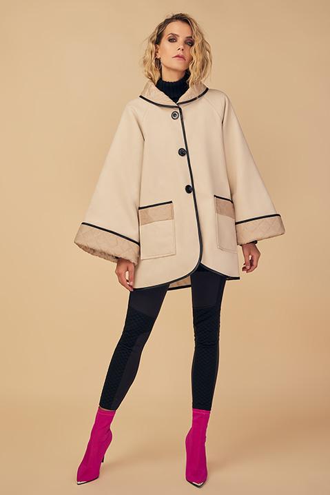 Manteau mi-long creme noir en lainage avec poches et manches kimono (Vue en pied)