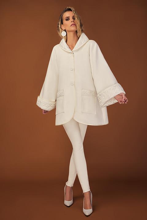 Manteau mi-long ivoire en lainage avec poches et manches kimono (Vue en pied)