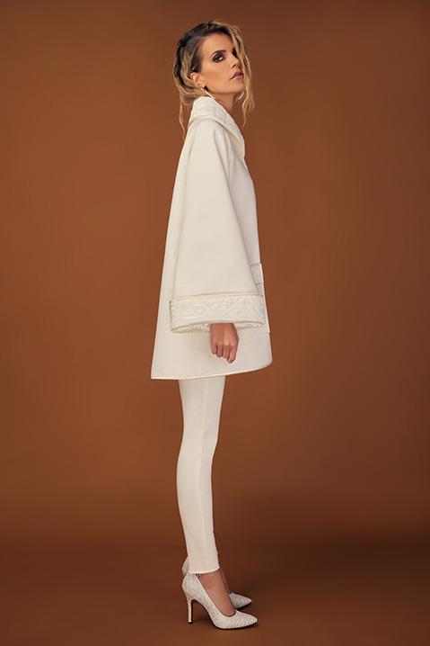 Manteau mi-long ivoire en lainage avec poches et manches kimono (Vue de profil)