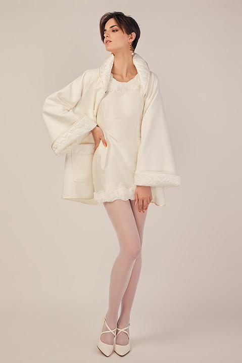 Manteau mi-long ivoire en lainage avec poches et manches kimono (Look 2)