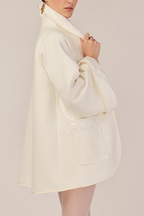 Manteau mi-long ivoire en lainage avec poches et manches kimono (Look 2 detail)