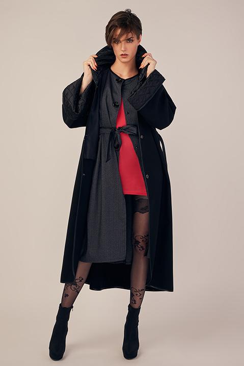 Manteau long noir en lainage avec ceinture et manches kimono (Vue en pied ouvert)