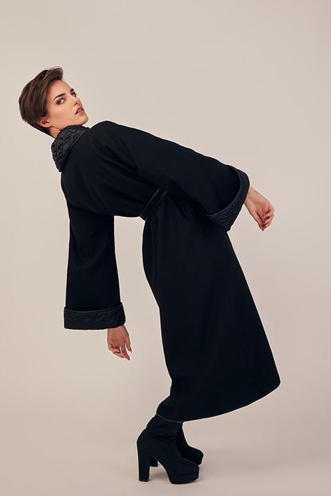 Manteau long noir en lainage avec ceinture et manches kimono (Vue Matrix)
