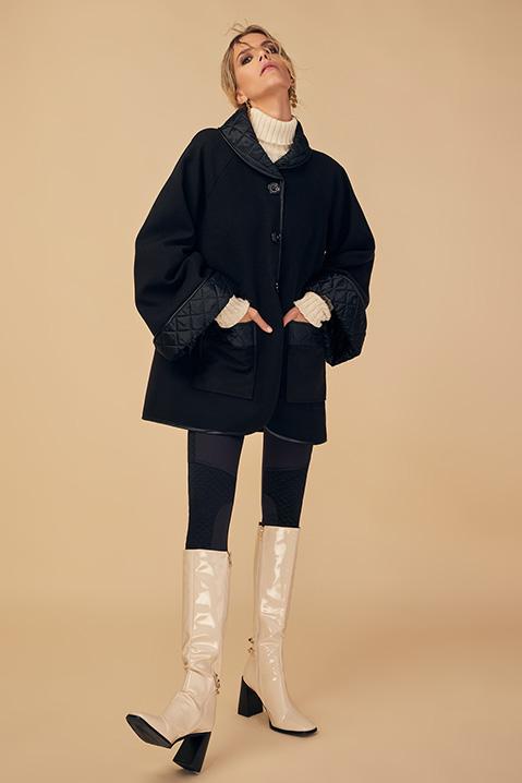 Manteau mi-long noir en lainage avec poches et manches kimono (Vue en pied)