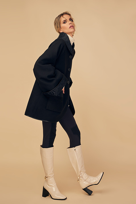 Manteau mi-long noir en lainage avec poches et manches kimono (Vue pose profil)