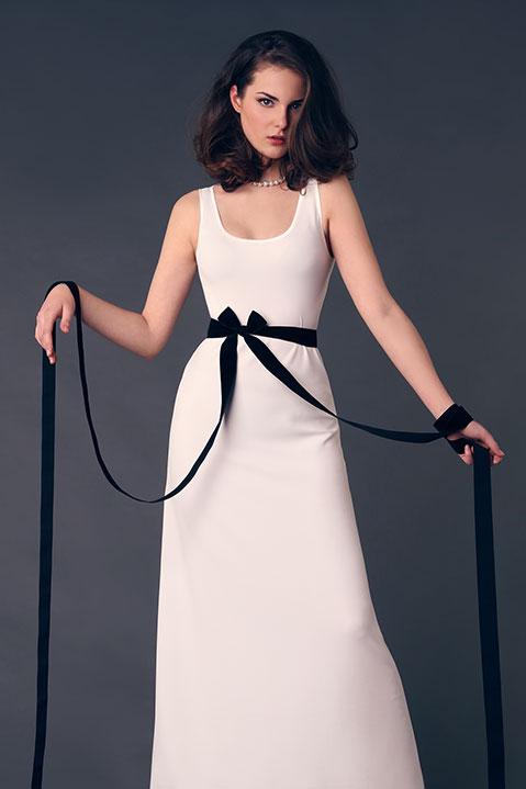 Robe de mariee longue evasee sans manche ivoire (Look 2 portrait)