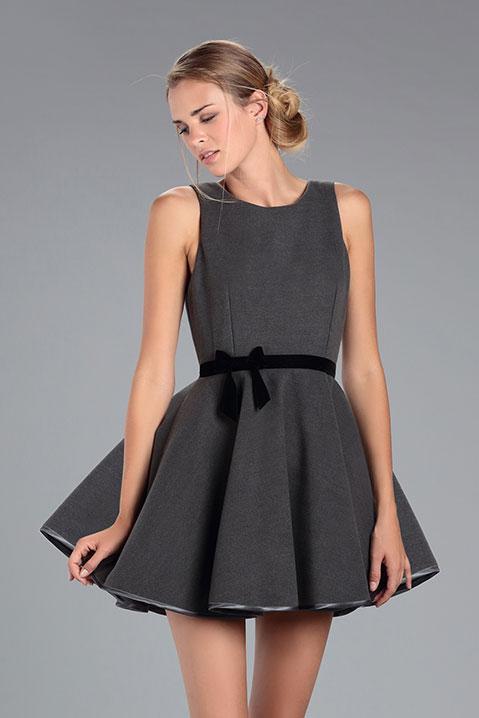 Robe Patineuse en lainage gris et ceinture noir (Vue de Face Pose)