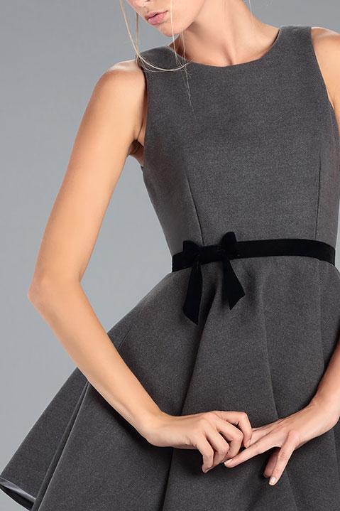 Robe Patineuse en lainage gris et ceinture noir (Détail)