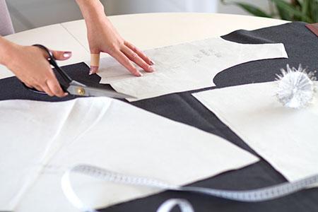 Patronage Robe patineuse en lainage gris et ceinture noire