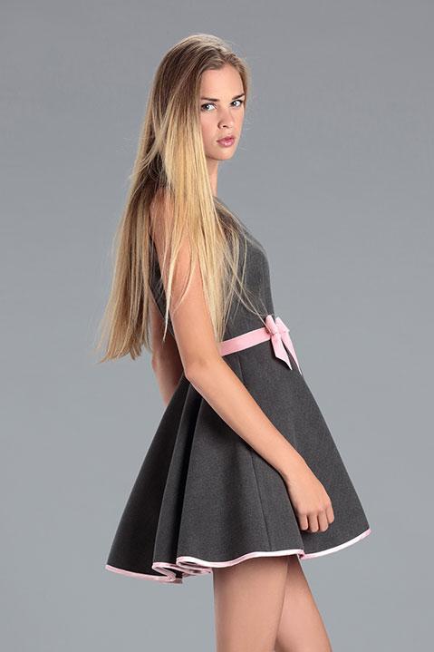 Robe Patineuse en lainage gris et ceinture rose (Vue de Profil)
