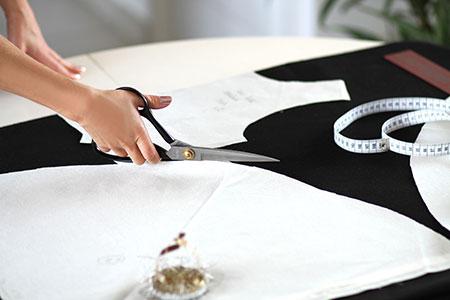 Patronage Robe patineuse en lainage noir et ceinture grise