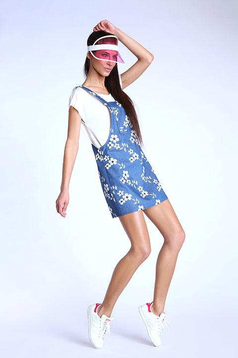 Robe salopette bleue denim imprime fleuri (Look 1 en pied)
