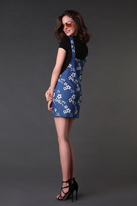 Robe salopette bleue denim imprime fleuri (Look 2 profil)