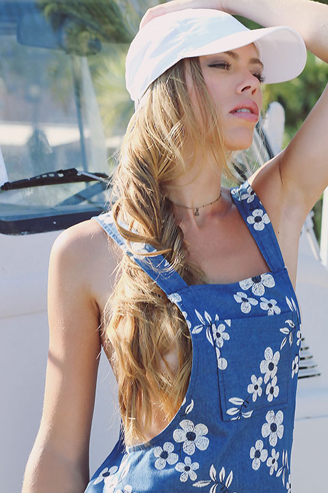 Robe salopette bleue denim imprime fleuri (Look 3 portrait)