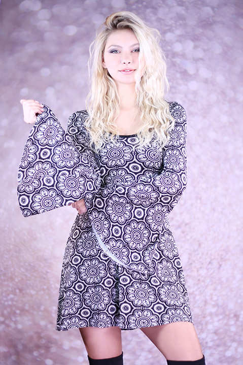 Robe Hippie Chic annees 70 noire manches evasees (Vue de Face Pose 2)