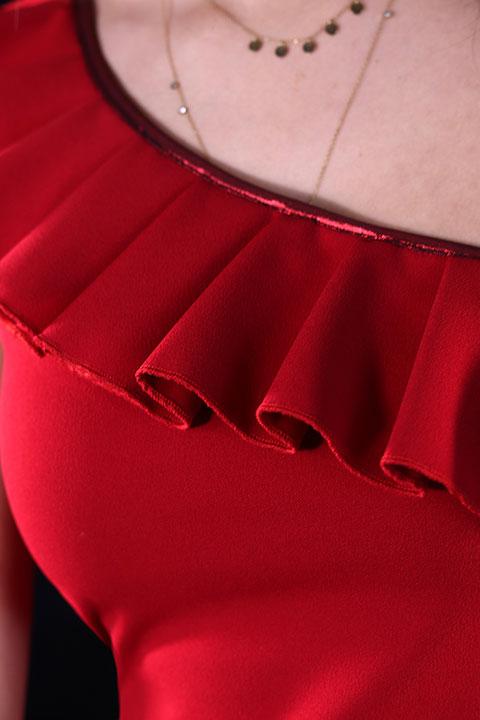 Top de soiree asymetrique rouge a volants (Vue detail)