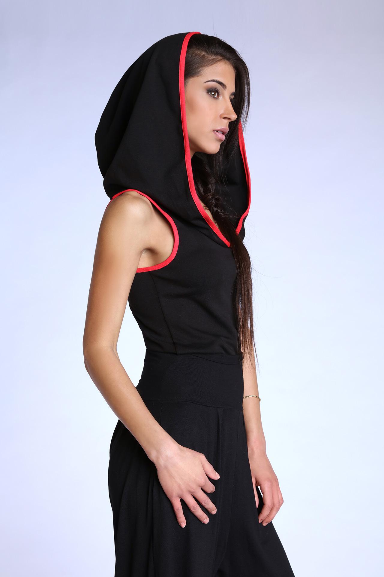 Top debardeur noir et rouge pour femme avec capuche (Portrait)