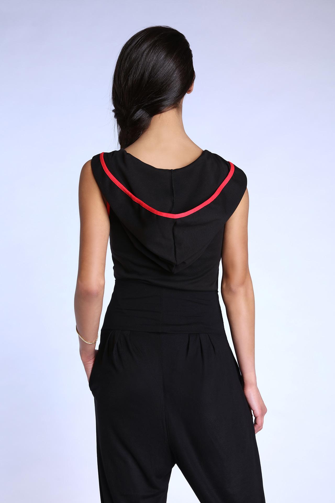 Top debardeur noir et rouge pour femme avec capuche (Vue de dos)